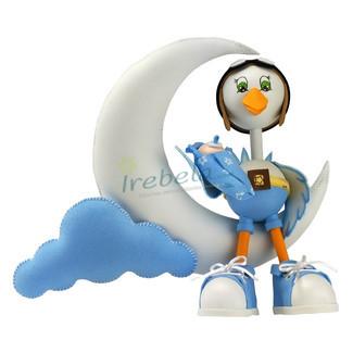 Fofucha cigüeña aviador con bebé en brazos sentada en la luna