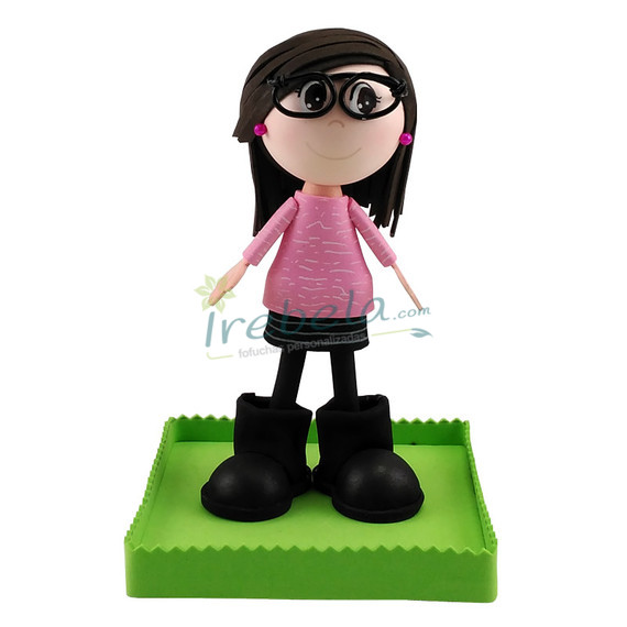 Fofucha con jersey rosa, falda negra y botas altas
