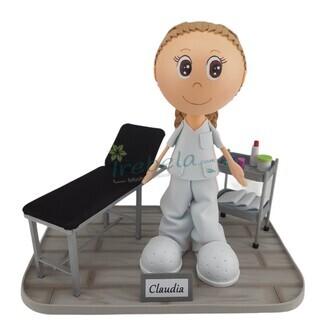 Fofucha fisioterapeuta con camilla y carrito