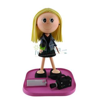 Fofucha reportera con micrófono y cámara de televisión